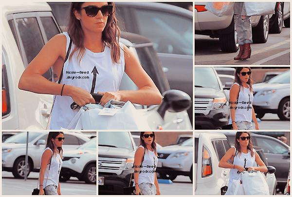 03.05.2014 - C'est les bras chargée que l'on retrouve Nikki au Wasteland à Los Angeles
