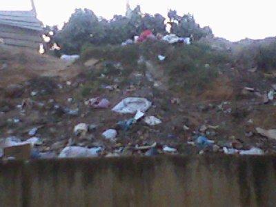 photo prise le : 13/09/2010 quelques jours apres l'AID, tjrs le meme paysage, les gens qui habitent les GOURBIS, jettent leur ordures sur nous,sans etat d'ame