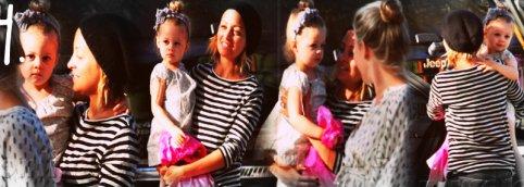 """Beaucoup de sorties pour les miss !1.Honor & Jesse ont été à """"Color Me Mines"""" ce 4 octobre.Elle est craquante avec son chapeau.2.Honor & Jessica ont été déjeuner au """"Nate N' Als"""" ce 5 octobre.Son souriiiire ♥.3.Honor & sa nounou se promène a BH ce 6 octobre.Adorable quand elle marche dans l'eau.4.Nicole a été portée Harlow à l'école.Elle est superbe , les cheveux attaché j'adoore ♥. 5.Harlow , Sparrow , Nicole & Joel dans une pizzéra de L.A ce 7 octobre.Ils sont tout beaux j'adore la robe d'Harlow & je suis sur le bord de craqué sur Sparrow :)"""
