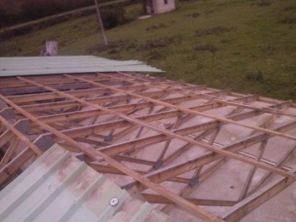 le vent a emporter une partie du toit du hangar