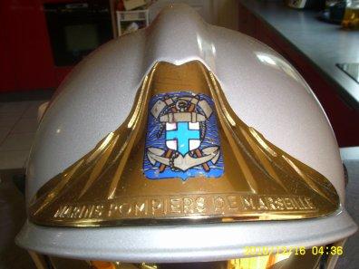 Voici un casque F1 SF avec l'insigne du BMPM
