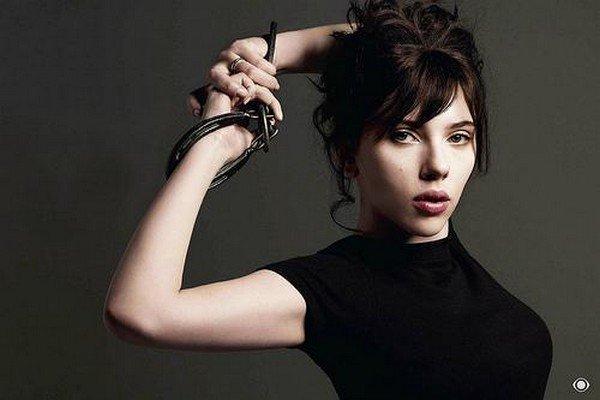 Scarlett Johansson en brune pour le magazine ELLE - 06/2009