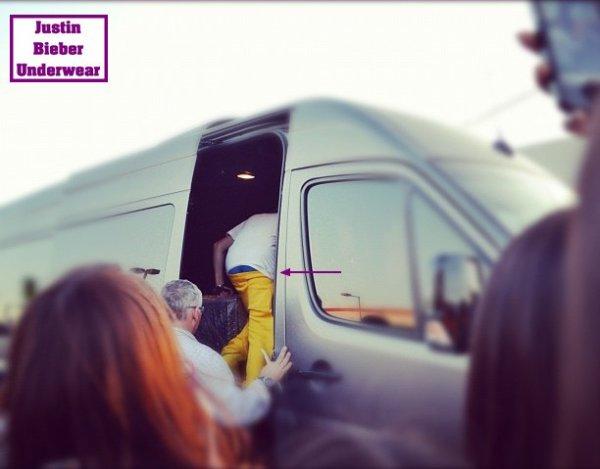 Justin en pantalon jaune nous fait crier les poussines !!!