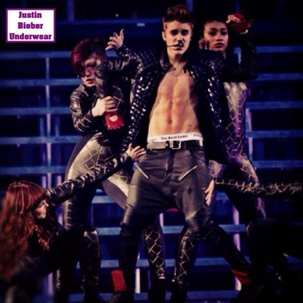Justin se déshabille en plein concert (N°3)