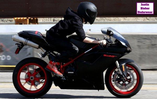 Justin sur une moto...bon fantasme !!!