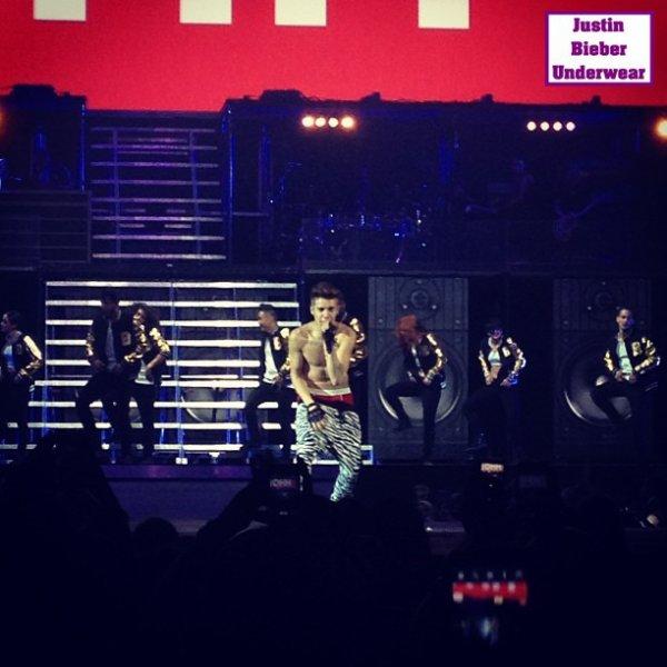 Justin plus SEXY que jamais en Boxer rouge !!! (N°1)