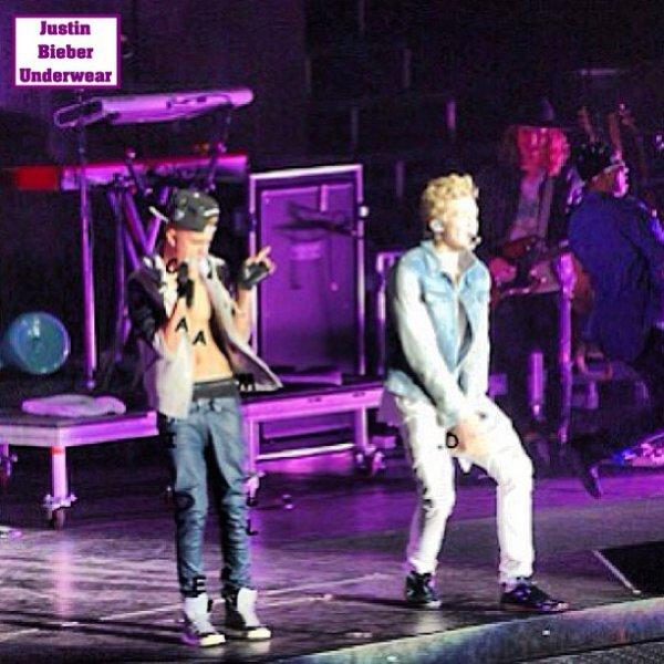 Justin SEXY en boxer noir pendant le live de Cody Simpson !!!