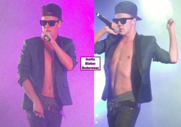 Christopher Bieber, torse nu et en boxer gris pour un Show hyper SEXY !