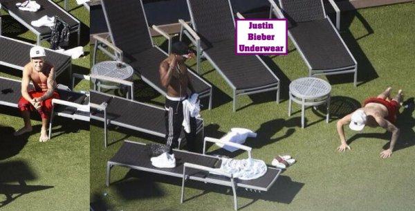 Justin Bieber SEXY au bord de la piscine !