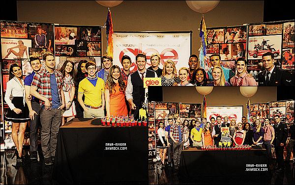 * 11/03/14 : Naya  a été aperçu avec le reste du casting de Glee pour célébrer le   100e épisodes     a  Los Angeles. *