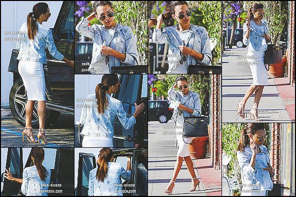 09/05/2014 : Nous retrouvons notre chère Naya Rivera sortant d'un « Liquor Store » dans Los Feliz (CA) Côté tenue : Nay Rivers nous fait un très beau top. Elle est très chic, commeà son habitude. Que penses-tu de sa tenue ?