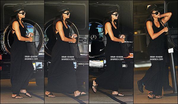 * 30/07/14 :* Naya  a été aperçu au moment où elle arrivait seule dans son  Hotel  qui est situé dans   Los Angeles.  Une tenue entierement noire pour Naya mais qui est tout de même jolie. Elle a vraiment une tête a chapeau, sa lui va vraiment bien  TOP   ! *
