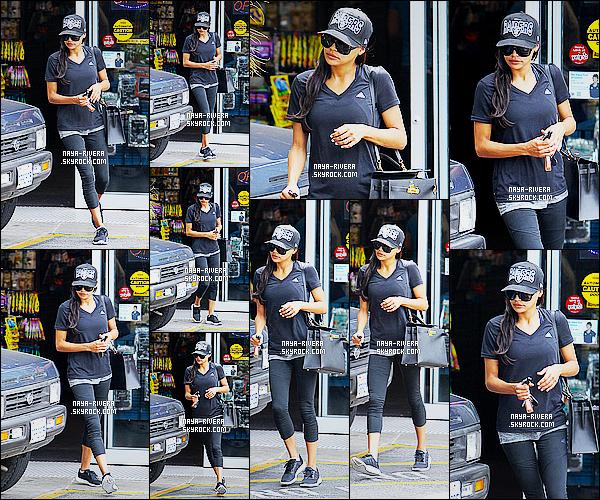 * 02/08/14 :* Naya  a été aperçu lorsqu'elle faisait une   balade  après des courses dans les rues de   Beverly Hills.   Naya a choisit de nous montrer une tenue de sport ce qui n'est pas exceptionnelle on ne peut donc qu'attribuer un FLOP pour la tenue  ! *