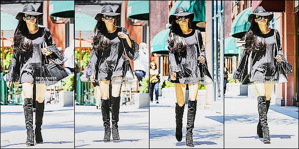 * 15/08/14 :* Naya  a été aperçu seule mais toujours souriante arrivé au   Anastasia     qui est situé à   Beverly Hills.  Le noir semble être la marque de fabrique de Nay  elle semble beaucoup apprécié cette couleur mais bon le noir lui va quand même bien    ! *