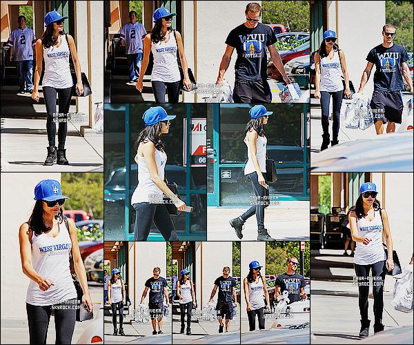 * 13/09/14 : Naya  a été aperçue   avec son mari après avoir fait leurs courses pendant leurs  Vacances     à   Valencia.  Naya R. a opté pour une tenue  très décontractée  qualifier de tenue de vacances. On a l'impression que les  courses ressemble a du sport   ! *