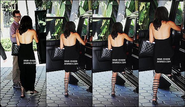 * 18/09/14 :* Naya  a été aperçue,   avec le sourire, et avec une  amie à la sortie d'un   hôtel      dans   West Hollywood.  Naya  est vraiment magnifique dans ce total look noir. J'aime beaucoup sa robe fendue avec les chaussures choisis et son sac, un TOP   ! *