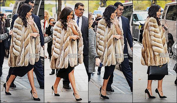 * 11/11/14 :* Naya  a été aperçue quittant les  studios ABC   après l'émission The View situé dans   New York City.    Naya porte une énorme manteau mais sa tenue est visible sur le set du tournage qui est quand même jolie. C'est un top pour cette sortie ! *