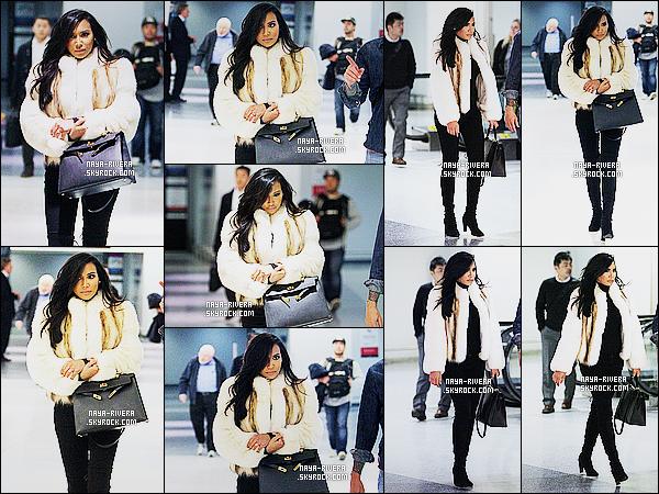 * 09/03/15 :. Naya  a été aperçu seule lorsqu'elle arrivait à l'aéroport    Newark qui est  situé dans le New Jersey.       Naya a une nouvelle fois choisis une tenue noir mais son manteau en fourrure (qui est magnifique) l'illumine.  Elle est  jolie, c'est un TOP ! *