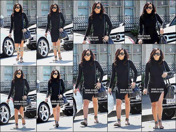* 01/04/15 :. Naya  a été aperçu cette fois ci toute  seule entrain de ce      promener dans les rues de Los Angeles.   Une nouvelle tenue noire pour   Naya mais j'aime. J'aime vraiment beaucoup c'est chaussure aussi c'est vraiment très classe. C'est  TOP ! *