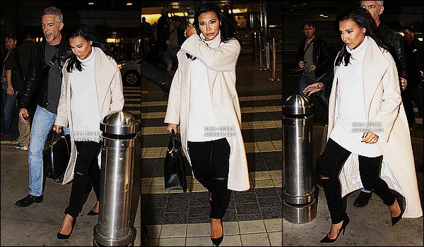 * 23/04/15 : Naya  a été aperçu avec une escorte lorsqu'elle arrivait à     l'aéroport situé dans  Washington D.C.   En tant que business woman,   Naya continue ses activités malgré sa grossesse. Elle a même pris  de temps pour signer un autographe  ! *
