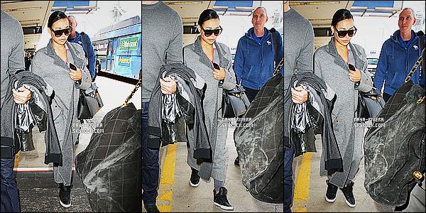 * 26/04/15 :. Naya  a été aperçu une nouvelle fois seule à l'aéroport  le    LAX qui est  toujours situé à Los Angeles.       Naya a mis un large manteau qui en plus très long, je trouve ça vraiment dommage. Je donnerais pour ce look un FLOP pour le coup ! *