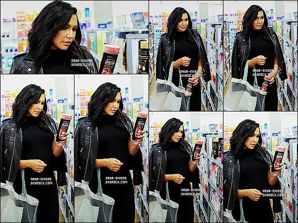 * 27/04/15 : Naya  était présente lors de l'évenement présenté par      L'Oreal Paris Advanced Haircare    dans  LA.      Naya a une nouvelle fois ressortit une de ses robes noires qu'elle utilise depuis sa grossesse mais bon j'aime bien le manteau. C'est  TOP  ! *