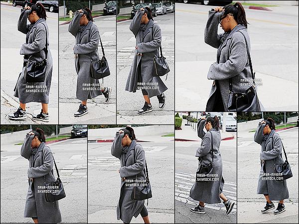 * 26/05/15: Naya  a été aperçu entrain de faire du shopping dans le magasin    Bel Bambini dans West Hollywood.      Naya est sortie en mode incognito, elle a donc misé sur ses basket accompagné de son long manteau gris. C'est  un bof pour cette tenue   ! *