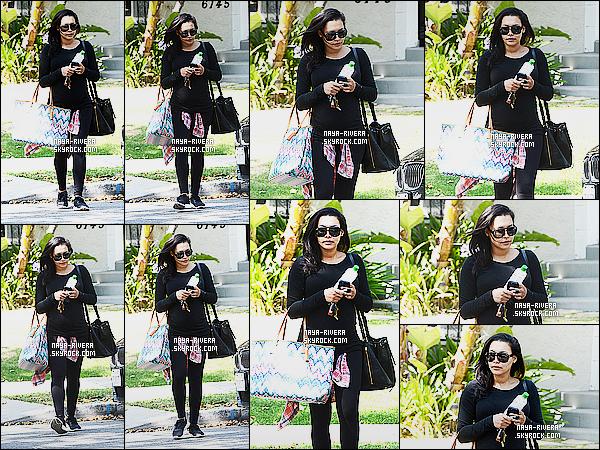 * 05/06/15 : Naya  a été aperçu toute seule entrain de quitter la maison de quelques   amis dans West Hollywood.     Une tenue toute noir avec un sac coloré voila ce que nous propose Naya. J'aime bien l'ensemble  je dirais que c'est  un top  pour la tenue  ! *