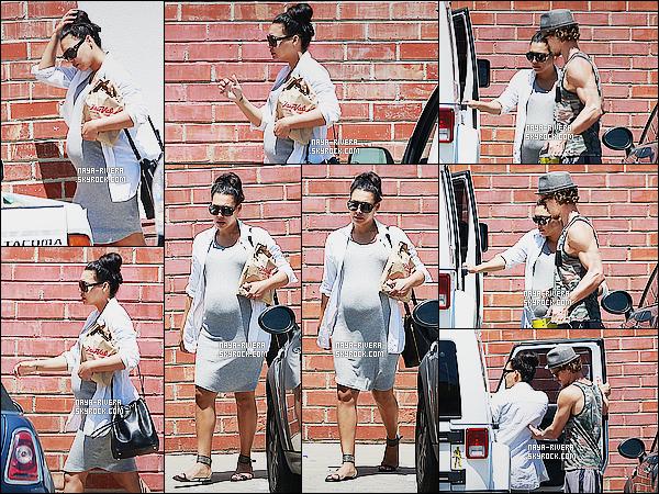 * 20/06/15 : Naya  a été aperçu en compagnie de Ryan à la sortie d'un magasin   Hardware situé à Los Angeles.     J'aime bien la robe de Naya, pour une tenue de grossesse c'est sympa je trouve. Je vais dire que pour cette tenue on attribue un TOP  ! *