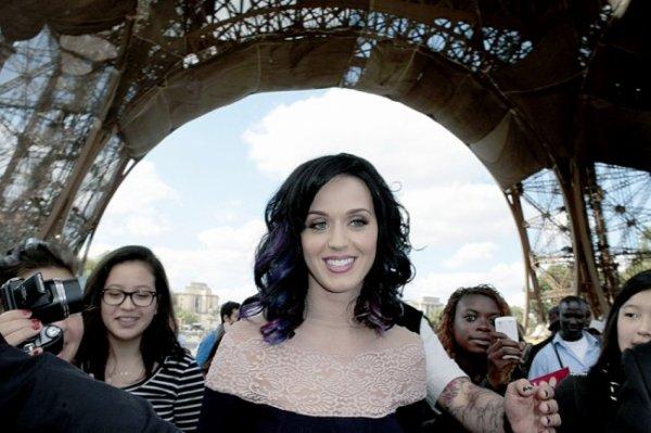 1/09 Katy Perry : Elle a visité la Tour Eiffel !  Katy Perry a profité de son passage à Paris pour aller visiter LE monument le plus mythique de la capitale française, la Tour Eiffel. Inutile de vous dire que la chanteuse n'est pas passée inaperçue !