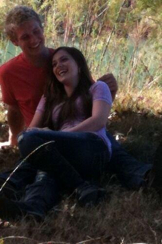 Caitlin avec son petit ami... dans le clip de Payton lors d'une pause.