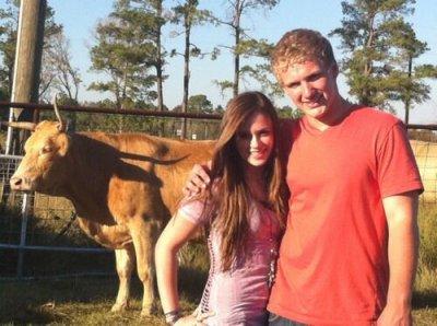 Caitlin toujours avec son faux petit ami, j'ignore encore son nom