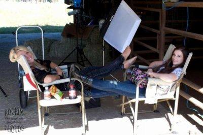 Le clip de Payton sort aujourd'hui à 17h. Une nouvelle photo de Caitlin et Payton sur le set.