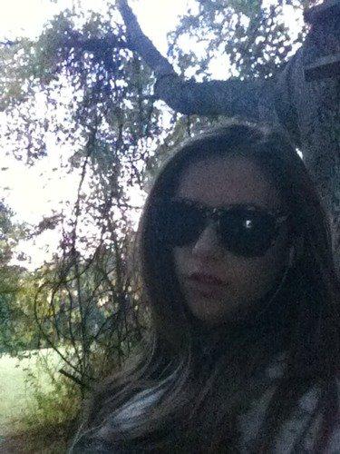 Caitlin adore prendre des photos d'elle dans la nature ♥