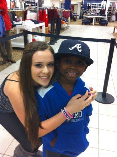 Caitlin avec un petit garçon qui est selon elle le plus mignon garçon du monde.