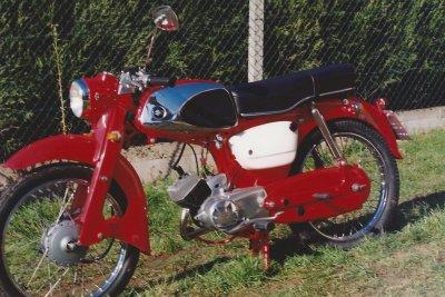 1989, réstauration du suzuki M15 rouge