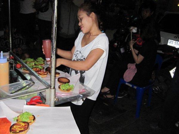 Paulybee's American Burger - Bangkok une nouvelle aventure avec les stunteur de la thailande