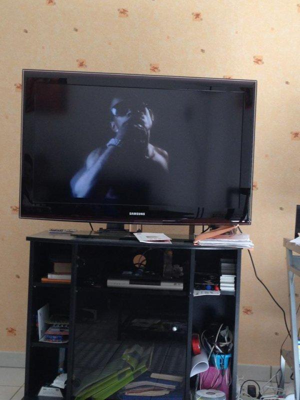 En train de regarder de regarder son clip a la télé #ColléSerré!!!#Unebellerecompensedutravail#cestdulourd !!!