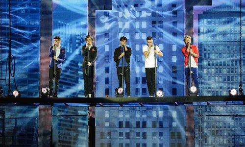 One Direction le 29 avril 2013 grimpant la salle de Paris Bercy avant leur concert en France !