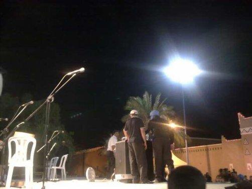 اللحظات التي ينتظر فيها رئيس رواد الأغنية الأمازيغية مجموعة أودادن حتى تأتي الحراسة لكي يغادرة المنصة وسط حشد كبير من محبيه — في