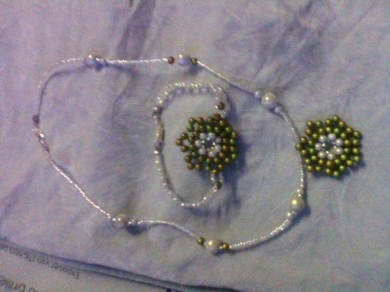 Bracelet et collier perles magique blanc et kaki