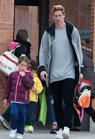 Fernando et Olalla reprenant leurs enfants à l'école The American School of Madrid