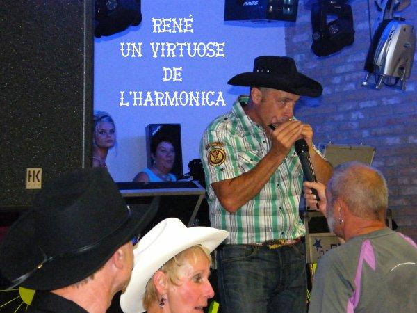 Grande joie hier soir lors de notre entrainement, notre ami RENE revient dans le monde de la Country avec notre groupe. Nous allons retrouver notre virtuose de l'Harmonica.