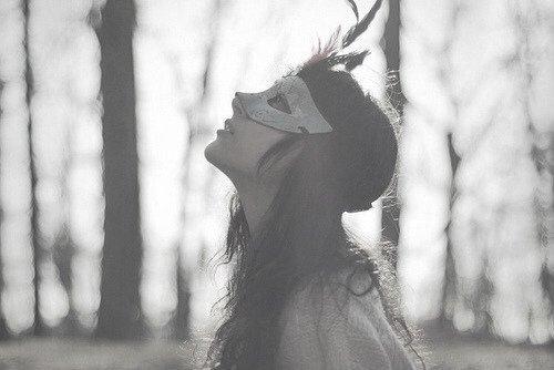 Quand une femme est seule, elle se voit seule au monde.