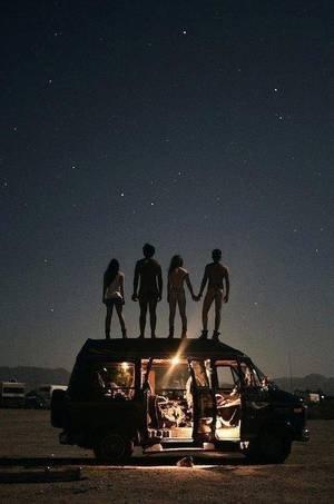 Ne perds jamais espoir. Lorsque le soleil se couche, les étoiles apparaissent.