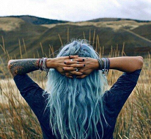 Ne regarde pas en arrière, les yeux pleins de regrets ; regarde plutôt en avant, les yeux pleins d'espoir.