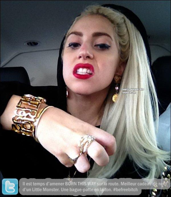 . CANDIDS-Le 29 décembre, Lady Gaga aperçut par des fans à New York ! .