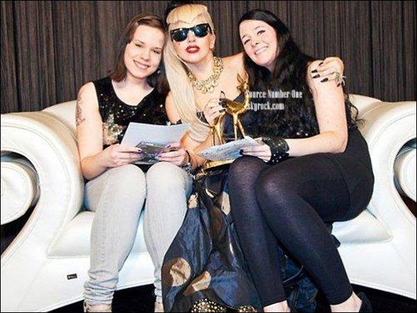 . 15/11-Lady Gaga a été aperçue sortant de son hôtel à Londres. .