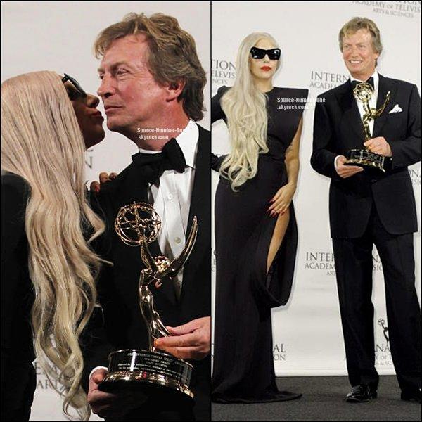 """. LADY GAGA À LA CÉRÉMONIE DES INTERNATIONAL EMMY AWARDS. C'est vêtue d'une robenoireet d'énormeslunettes noires,que Lady Gagaa été vue hier soir à New-York à la cérémonie desInternational Emmy Awards!Durant la soirée elle a donnée un Awards à Nigel Lythgoeson réalisateurpréféré!Voici ce qu'elle a déclaré : """"Il a toujourscontribué ànourrir etstimulermes idéesfolles,peu importe commentils ont étédémographiquementinamicale.Je suis honoréd'être icice soir, etnous avons bien rigolésur scène dans l'une demes tenuesfolles.""""     ."""