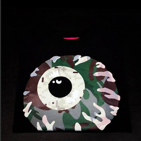 Le T-shirt mishka vous a à l'oeil.